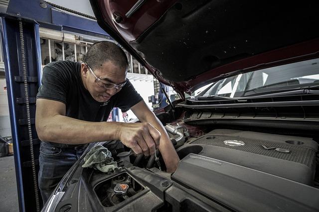 mechanik pri práci.jpg