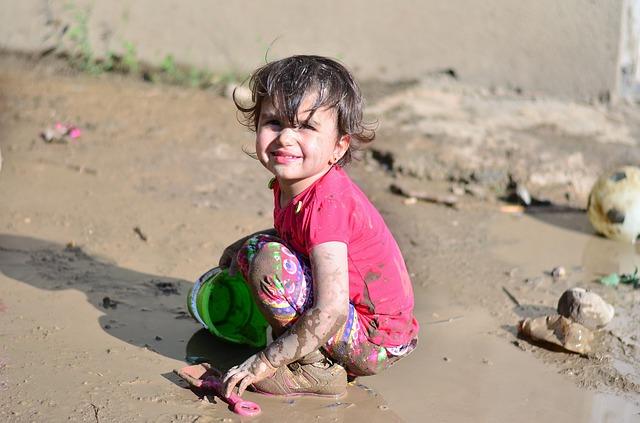 dievčatko hrajúce sa v blate.jpg
