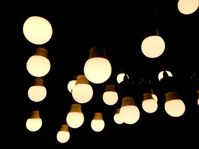 Veľa visiacich žiaroviek na čiernom pozadí