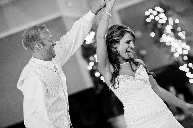 Ženích v bielej košeli tancuje s nevestou v bielych šatách.jpg