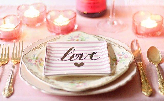 Svadobný servis z keramiky s nápisom LOVE.jpg