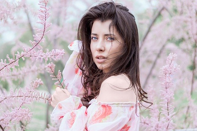 Žena medzi ružovými kvetmi.jpg