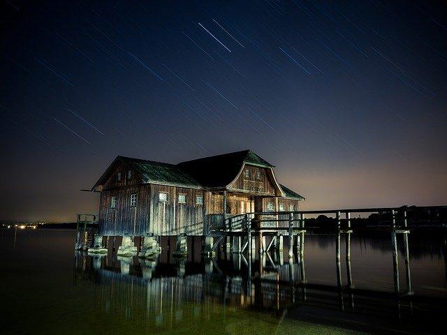 Drevený osvetlený dom v noci