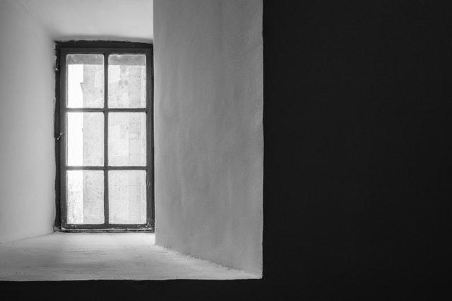 stena a úzke okno