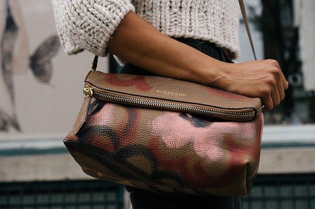 Žena s hnedou kabelkou cez rameno